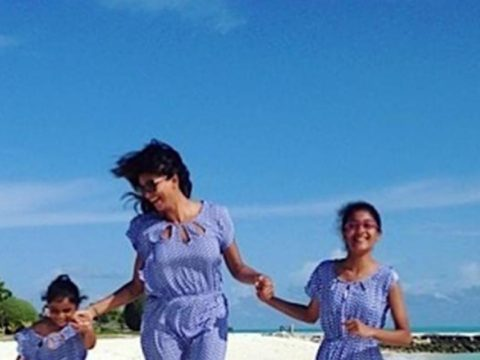 1Sushmita Sen and her daughters wish fans on Womens Day
